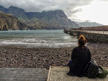 Muchacha que comtempla el océano en la playa foto de archivo libre de regalías