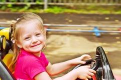 Muchacha que conduce el coche Fotos de archivo