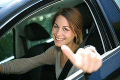 Muchacha que conduce el coche con actitud positiva Imagen de archivo libre de regalías