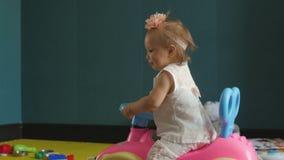 Muchacha que conduce el coche del juguete almacen de video