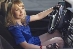 Muchacha que conduce un coche imagenes de archivo