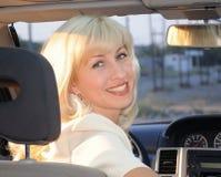 Muchacha que conduce un coche Fotografía de archivo
