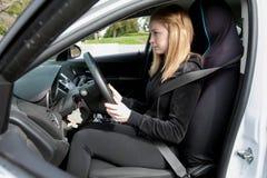 Muchacha que conduce un coche de motor Fotografía de archivo