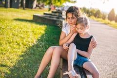 Muchacha que conforta a su amigo triste Fotografía de archivo