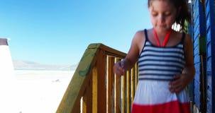 Muchacha que consigue abajo de pasos de la choza de la playa almacen de video