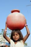 Muchacha que consigue el agua Imágenes de archivo libres de regalías