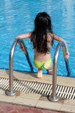 Muchacha que consigue en piscina Fotos de archivo