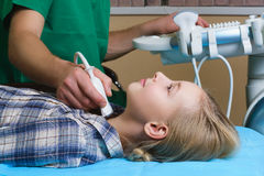 Muchacha que consigue ultrasonido de una tiroides de doctor Fotos de archivo libres de regalías