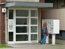 Muchacha que controla el correo Fotografía de archivo