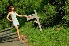 Muchacha que controla el correo Fotos de archivo