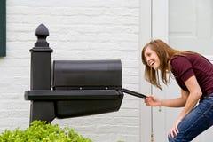 Muchacha que controla para saber si hay correo