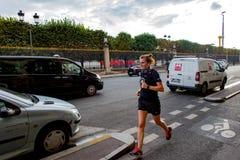 Muchacha que corre abajo de la calle de París Fotografía de archivo libre de regalías