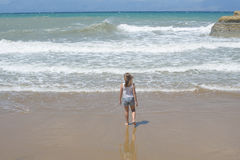 Muchacha que corre cerca del mar con las ondas fotos de archivo libres de regalías