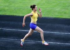 Muchacha que corre en estadio Foto de archivo libre de regalías