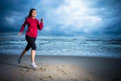 Muchacha que corre en la playa Imagen de archivo libre de regalías