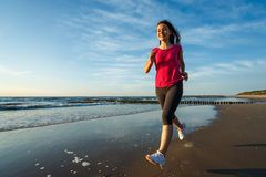 Muchacha que corre en la playa Foto de archivo libre de regalías