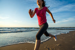 Muchacha que corre en la playa Fotos de archivo
