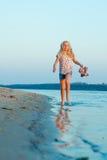 Muchacha que corre en la playa en el agua descalzo Fotografía de archivo libre de regalías