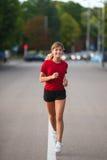 Muchacha que corre en una ciudad Fotografía de archivo libre de regalías