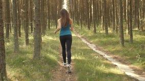 Muchacha que corre a través del bosque almacen de video