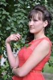 Muchacha que cuesta cerca por el árbol Imagenes de archivo