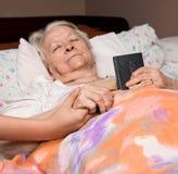 Muchacha que cuida que lleva a cabo el viejo lady& x27; manos de s Fotografía de archivo libre de regalías