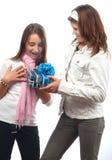 Muchacha que da el regalo de cumpleaños a su mejor amigo Fotografía de archivo libre de regalías