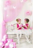 Muchacha que da a niños el presente de cumpleaños a la hermana Embroma las cajas de regalo Imagen de archivo