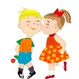 Muchacha que da a un muchacho vergonzoso un beso en la mejilla Fotos de archivo libres de regalías