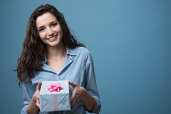Muchacha que da un regalo hermoso Fotos de archivo libres de regalías