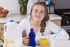 Muchacha que desayuna en cocina Fotografía de archivo