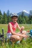 Muchacha que descansa después de biking Fotos de archivo libres de regalías