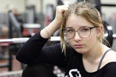 Muchacha que descansa en gimnasio Imagenes de archivo