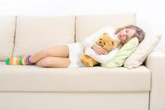 Muchacha que descansa sobre el sofá Imagen de archivo