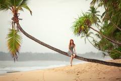 Muchacha que descansa sobre la playa Imagenes de archivo