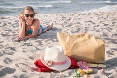 Muchacha que descansa sobre la playa Imagen de archivo libre de regalías