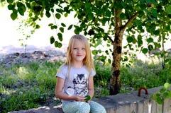 Muchacha que descansa sobre un d?a de verano foto de archivo libre de regalías