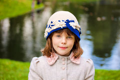 Muchacha que desgasta la capa retra del sombrero de fieltro y de las lanas Fotografía de archivo