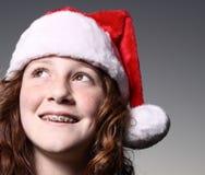 Muchacha que desgasta un sombrero de Santa Imágenes de archivo libres de regalías