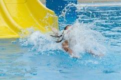 Muchacha que desliza abajo la diapositiva de agua Fotografía de archivo libre de regalías