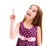 Muchacha que destaca, vestido violeta modelado que lleva Foto de archivo libre de regalías