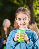 Muchacha que detiene el vidrio de Juice At Campsite fotos de archivo libres de regalías