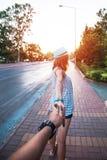 Muchacha que detiene a un hombre de la mano en la calle Fotos de archivo