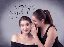 Muchacha que dice cosas secretas a su novia Imágenes de archivo libres de regalías
