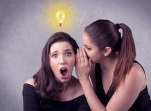 Muchacha que dice cosas secretas a su novia Foto de archivo libre de regalías