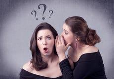 Muchacha que dice cosas secretas a su novia Fotografía de archivo libre de regalías