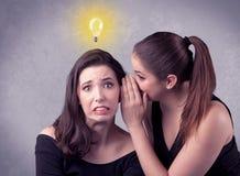Muchacha que dice cosas secretas a su novia Fotos de archivo