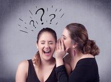 Muchacha que dice cosas secretas a su novia Imagen de archivo