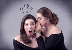 Muchacha que dice cosas secretas a su novia Imagen de archivo libre de regalías