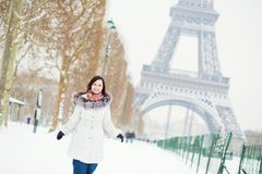 Muchacha que disfruta de día de invierno hermoso en París imágenes de archivo libres de regalías